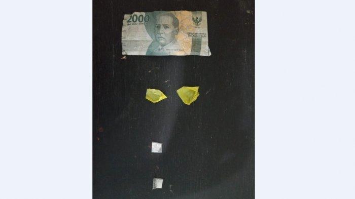 Barang bukti sabusabu yang disimpan pelaku penyalahgunaan narkotika di gulungan uang Rp 2.000. (Tribun-medan.com/HO)