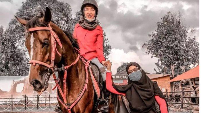 Wisatawan yang berkuda di Biestro Indonesia Cafe