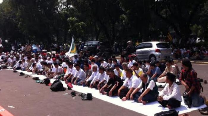 Pendukung Prabowo - Hatta Salat Jumat di Depan Gedung Mahkamah Konstitusi