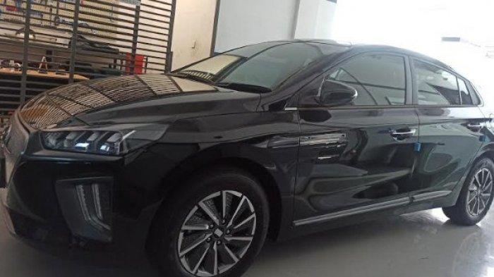 MOBIL LISTRIK - Sales Hyundai saat menunjukkan display mobil listrik tipe Kona Electric di Hyundai Showroom, Jalan Gatot Subroto Medan, Jumat (28/5/2021). (Tribun-medan.com/Kartika Sari)