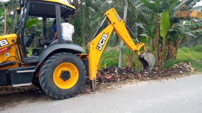 Tumpukan Sampah di Jalan Besar Pantai Kelang Sergai Dibersihkan