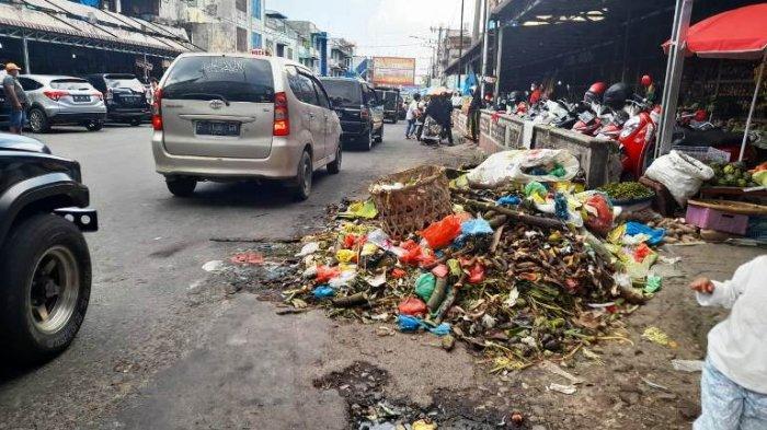 Sampah di Pasar Horas Menumpuk di Bahu Jalan Sutomo, Bau Menyengat Menguar