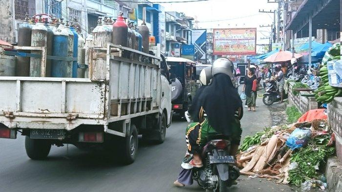 Sampah di bahu Jalan Merdeka, Pasar Horas Pematangsiantar, Jumat (28/5/2021).