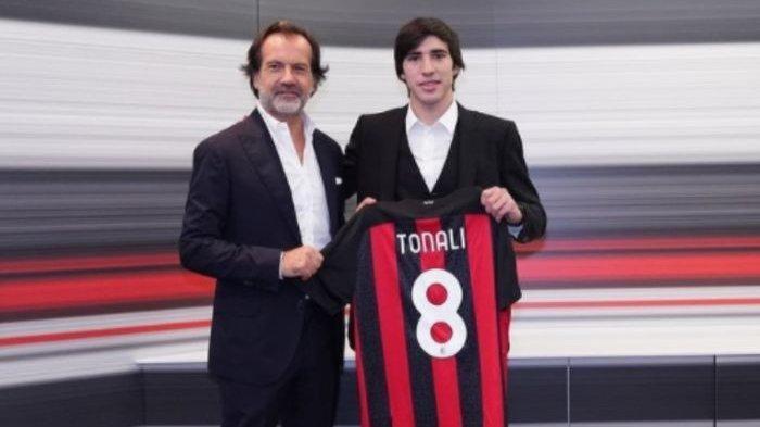 Sandro Tonali, mengenakan kostum nomor 8 AC Milan.
