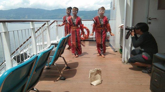 Pertunjukan Tari Tradisional di Atas Danau Toba, Tampil Dua Seminggu Dua Kali di Atas Kapal Feri