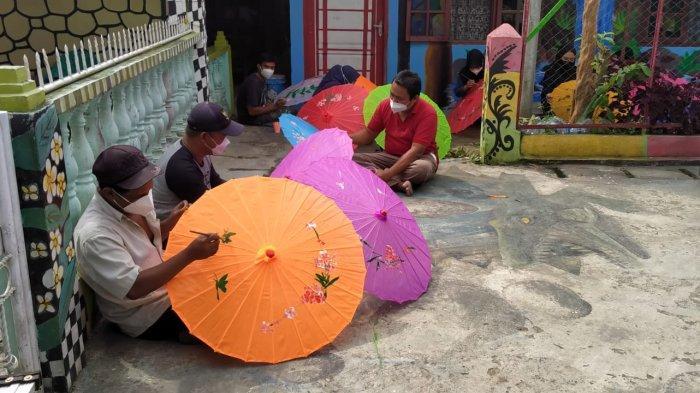 Sanggar Lukis Qalam Jihad Pematangsiantar bersama Fasilitas Bantuan Kebudayaan (FBK) Kemendikbud RI akan menggelar lomba seni lukis payung virtual, bernama Gelegar Payung Nusantara pada 28-29 Oktober 2021.