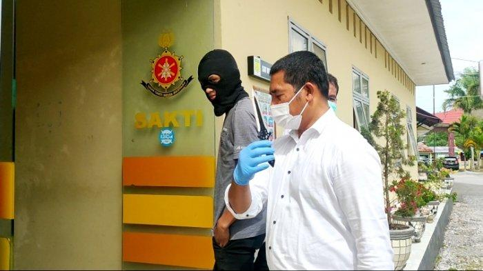 Satu Lagi Pembunuh Guru SD di Toba Ditangkap, Umbar Senyum saat Digiring Polisi