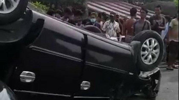 Pecah Ban, Mobil Kijang Innova Terguling di Jalan Tol Belmera Medan