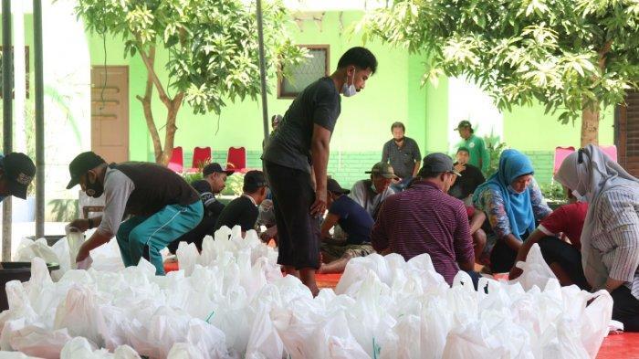 Panitia kurban UISU sedang mempersiapkan potongan daging kurban untuk didistribusikan di di kampus UISU Rabu (21/7).