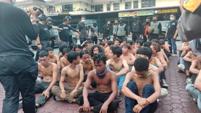 DITANGKAP, Puluhan Pemuda tanpa Baju Digiring Jongkok di Polrestabes Medan, Ikut-ikutan Demo