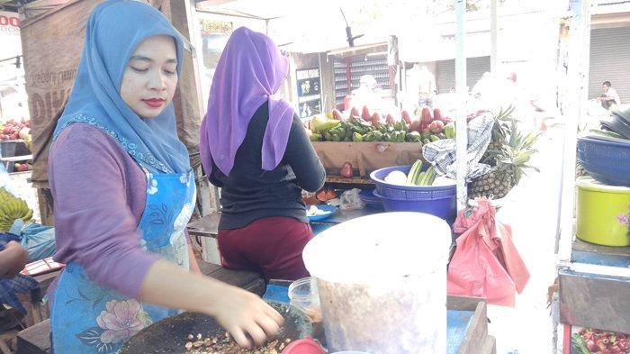 Pedagang rujak ulek khas 'Simpang Jodoh' sedang menyiapkan bumbu rujak, Jumat (25/1/2019).