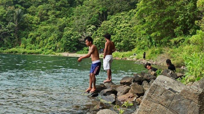 Sensasi Memancing di Pantai Pakkodian, Pinggiran Danau Toba Bisa Sambil Menikmati Pemandangan Alam