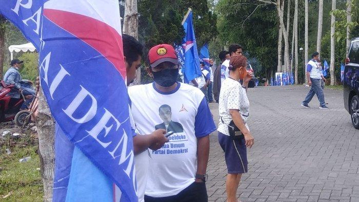 Sejumlah orang menggunakan atribut baju partai yang bergambar Moeldoko, pada KLB Partai Demokrat, di Hotel The Hill, Sibolangit, Kabupaten Deliserdang, Jumat (5/3/2021).