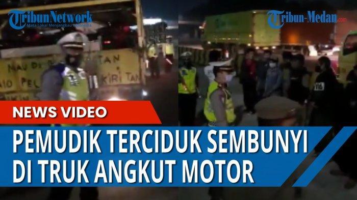 Sejumlah pemudik yang mencoba mengelabui petugas dengan menumpang di truk pengangkut sepedamotor.
