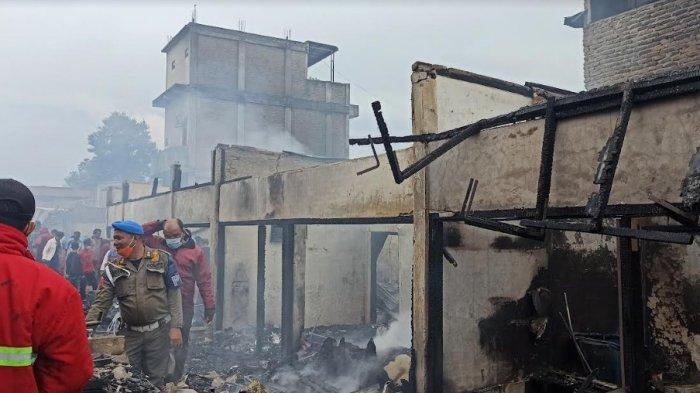 Sejumlah rumah dilalap 'sijago merah' di Siborongborong. Para petugas sedang melakukan pendinginan setelah kebakaran pada Rabu (22/9/2021).