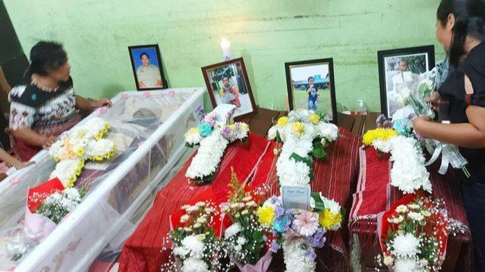 Peti jenazah Hotdiman Sidabutar dan tiga cucunya Viona Amsal dan Gibran dijejerkan di rumah duka