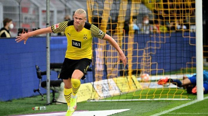 Penyerang Dortmund asal Norwegia Erling Braut Haaland melakukan selebrasi setelah mencetak gol 2-0 pada pertandingan sepak bola Bundesliga Borussia Dortmund vs FC Union Berlin di Dortmund, Minggu (19/9/2021) waktu setempat.