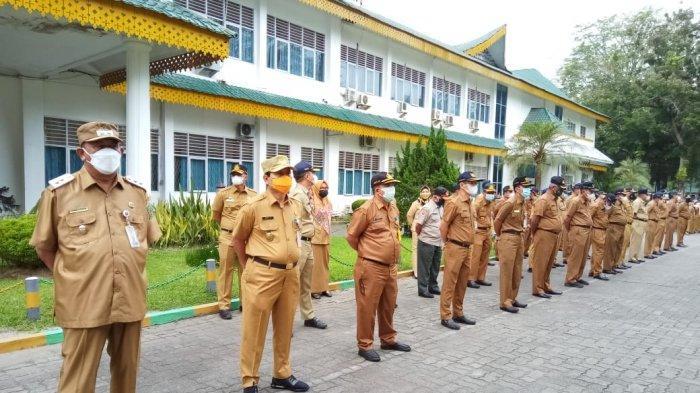 ASN di lingkungan Pemerintah Kabupaten Langkat mengikuti apel dengan mematuhi protokol kesehatan.
