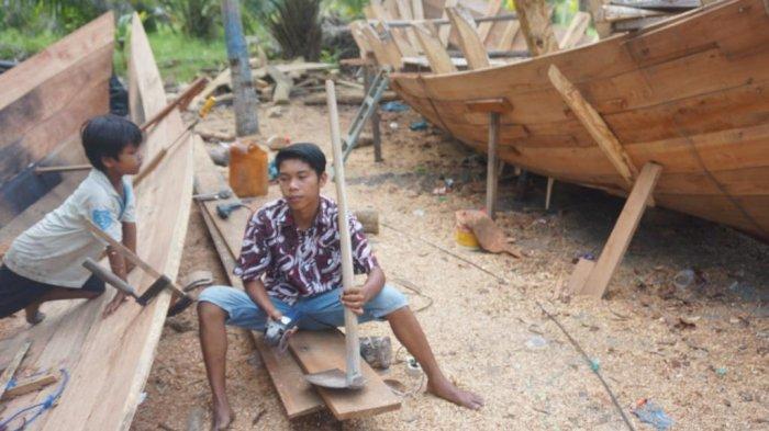 Nelayan Tradisional dengan Kapal Pemecah Ombak Masih Bertahan di Pantai Sujono
