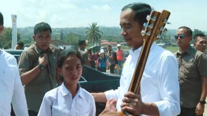 VIRAL Video Mengharukan, Jokowi Diberi Hadiah Gitar oleh Siswi SMP, Ternyata Ayahnya Tukang Kayu
