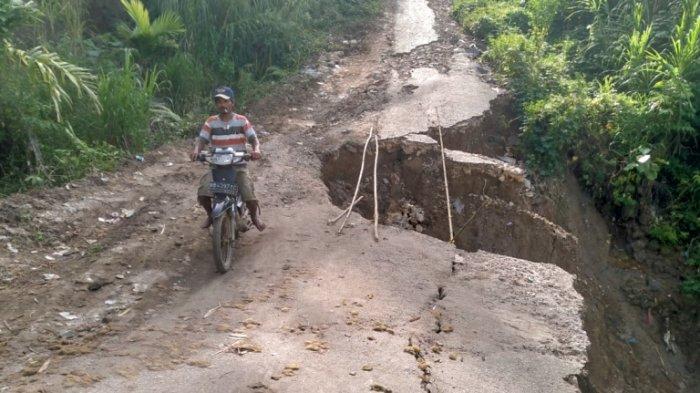 Jalan Amblas dan Nyaris Putus, Warga Dairi Kesulitan Angkut Hasil Pertanian