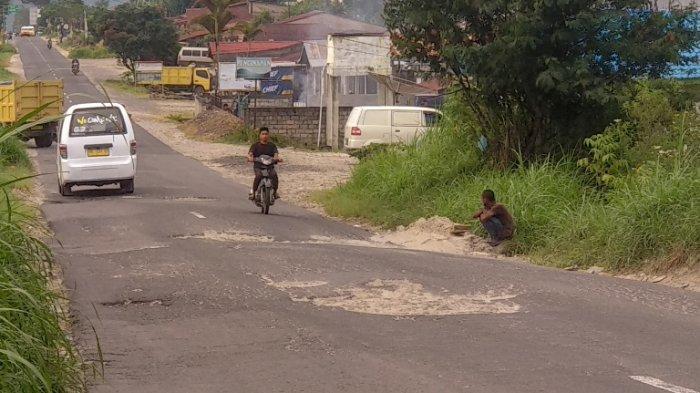 Jalan Rusak, Pengendara Harus Bermanuver agar tak Celaka
