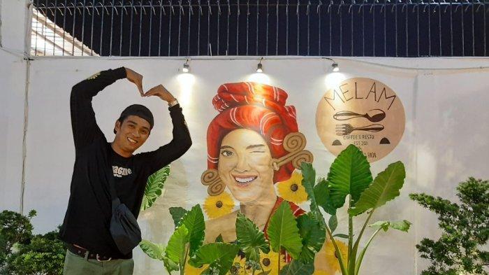 Seorang pengunjung berfoto di Melam Coffee and Resto