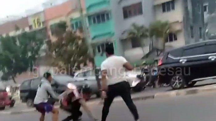 Dua Anggota TNI Hajar Seorang Polisi Berseragam Lengkap di Jalanan