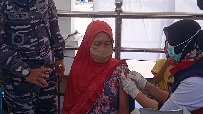 Takut Bantuan PKH di Cabut, Warga Serbu Vaksinasi Massal di Pesisir Pantai