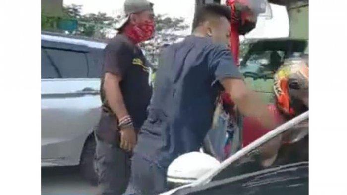 Kawanan debt collector mengerubungi mobil debitur yang dikemudikan Serda Nurhadi