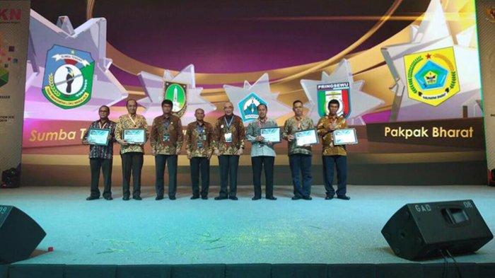 Kepala BKN RI Serahkan Sertifikat Penghargaan BKN Award 2018 kepada Bupati Pakpak Bharat