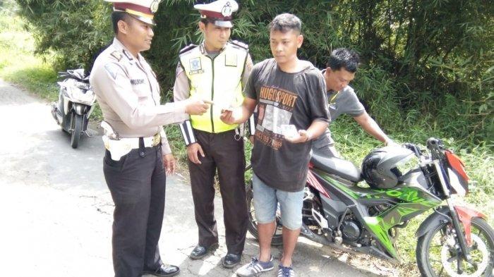 Awalnya Dihentikan Polantas untuk Diperiksa Surat-surat Kendaraannya, tapi Polisi Menemukan Ganja