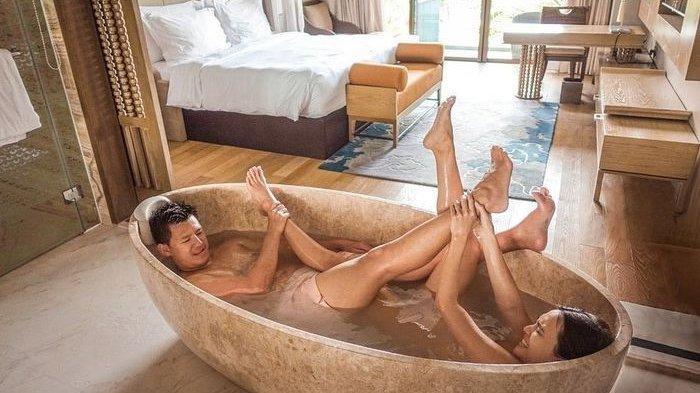 ILUSTRASI Mandi: Potret Shandy Aulia Pamer Foto Sedang Mandi Bareng Suaminya di Bath Up