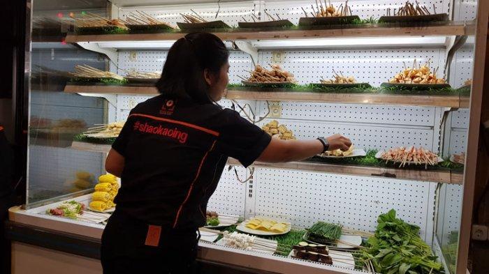 Pramusaji menyiapkan sate atau skewers yang belum dimasak, di Shao Kao, Jalan Gatot Subroto, Kota Medan, Selasa (4/2/2020)