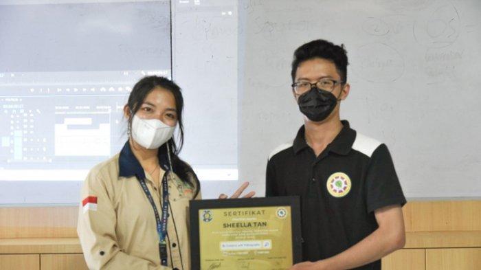 Sheela Tan menerima penghargaan dari panitia workshop videografi. Sheela Tan berharap peserta mempraktekkan apa yang dipelajari selama workshop.