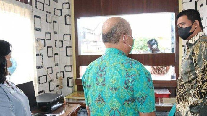 Lurah Sidorame Timur, Kecamatan Medan Perjuangan, Hermanto dan Kasi Pembangunan Dina Simanjuntak dicopot Wali Kota Medan Bobby Nasution saat melakukan sidak di Kantor Kelurahan Sidorame Timur, Jumat (23/4/2021).