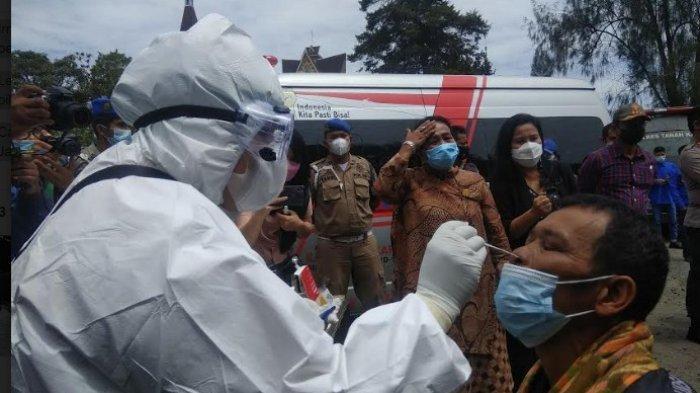 Satgas Penanganan Covid-19 Kabupaten Karo, melakukan pengambilan sampel rapid tes antigen terhadap tamu undangan pesta di Jambur yang ada di Jalan Kartini, Kabanjahe, Jumat (28/5/2021). (Tribun-medan.com/ Nasrul)