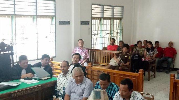 4 Anggota DPRD Tapteng Ini Selalu Tutupi Muka saat Sidang Perdana Kasus Korupsi