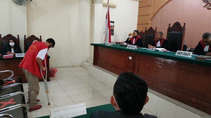 Pembunuh Sadis Wanita Muda, Gabriel Zefaya Ginting Tertatih Pakai Tongkat saat Jalani Sidang