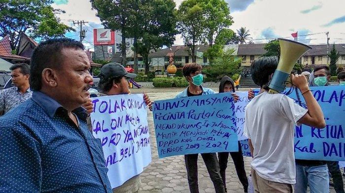 Sabam Sibarani Kembali jadi Ketua DPRD Dairi, Sempat Terjadi Unjuk Rasa Nyaris Ricuh