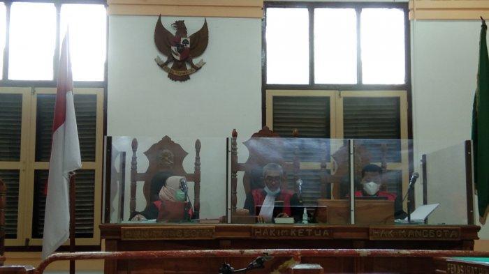 Hakim PN Medan 'Ngamuk', Terdakwa Pemilik Sabu Merokok Sambil Jalani Sidang Tuntutan dari Rutan