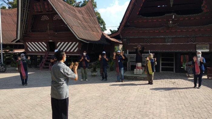 PENGUNJUNG menari bersama di pertunjukan tari Sigale-gale Desa Tomok Kecamatan Simanindo, Rabu (17/2/2021). Sejak pandemi Covid-19, kunjungan wisatawan ke pertunjukan Sigale-gale Desa Tomok Kecamatan Simanindo drastis menurun.