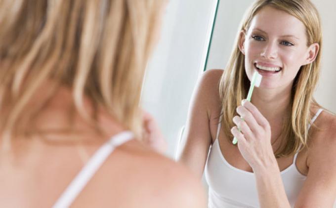 Ketahui 5 Kebiasaan Sederhana yang Bisa Merusak Gigi, dari Mengigit Kuku hingga Mengunyah Es Batu