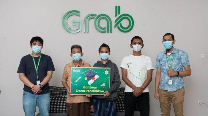 Silvia mendapatkan apresiasi berupa bantuan dana pendidikan yang diserahkan secara simbolis di kantor perwakilan Grab Indonesia di Medan, Sumatera Utara