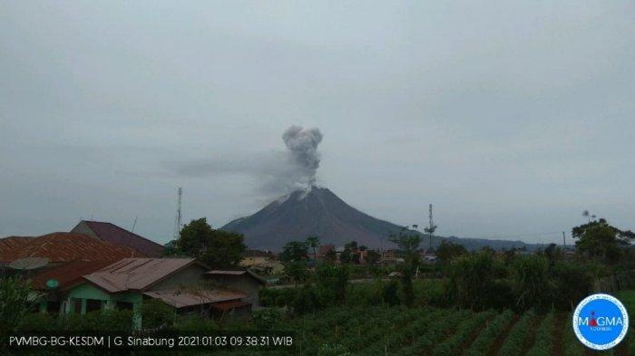 Erupsi di Awal Tahun, Sinabung Hembuskan Abu Vulkanik Setinggi 1000 Meter