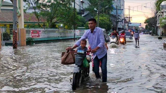 Jalan Protokol di Tanjungbalai Banjir Setengah Meter, Warga Minta Pemerintah Segera Keruk Sungai