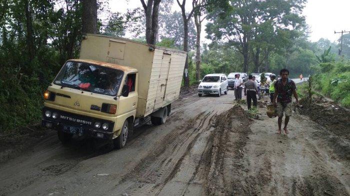 Perbaikan Jalan Amblas di Lintas Siantar-Parapat Pakai Tanah dan Kayu