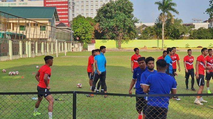 Begitu Tiba di Medan, Penang FA dan Felda United FC Langsung Latihan di Kebun Bunga