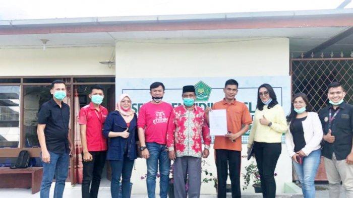 Smartfren Bagikan Bantuan Kartu Perdana Gratis untuk Guru dan Siswa Madrasah di Dairi