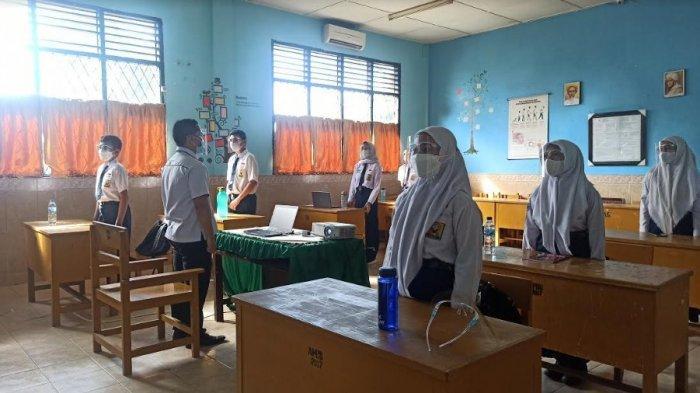 Siswi SMP Negeri 1 Medan saat mengikuti simulasi atau uji coba tatap muka pada Senin (21/6/2021). Sejak hari pertama hingga Rabu (23/6/2021) sore SMP Negeri 1 Medan telah menerima pendaftar sebanyak 176 calon peserta didik dari jalur zonasi.